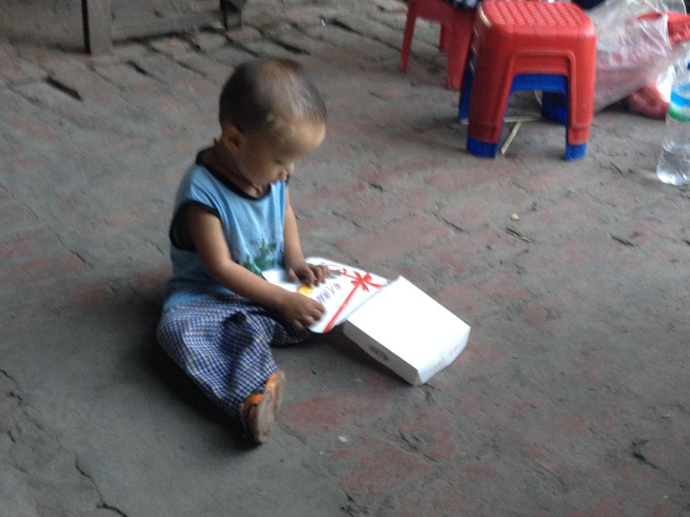 Kind mit Schachtel